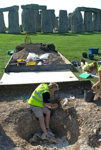 ulian Richards in 2008, excavating a previously unsuspected cremation burial close to the edge of Aubrey Hole 7. Carbon dating suggests this burial was almost certainly made before the main ditch circuit was dug