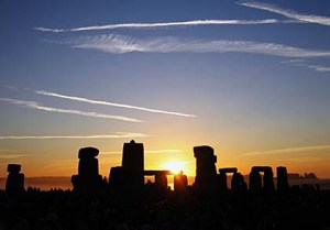 Summer Solstice Sunrise over Stonehenge 2005. Licensed under Creative Commons Attribution-Share Alike 2.0 via Wikimedia Commons
