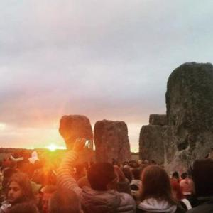 "More than 23,000 see sunrise at Stonehenge during ""peaceful and positive"" summer solstice"